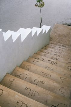 Stairway - Arabic letters of the alphabet They were carved on the steps leading into the kitchen: a poetic and evocative way to get the non-slip effect.   On the island of Lamu The refuge of d & apos designers; Interior Marie-Paule Pellé.
