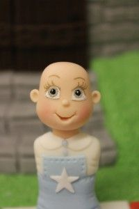 Comment modeler votre 1er personnage en pâte à sucre ? | Le blog de Place des Loisirs Place, Tinkerbell, Disney Characters, Fictional Characters, Christmas Ornaments, Disney Princess, Holiday Decor, Blog, Art