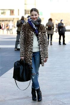 Basically Every Leopard Coat Is on Sale Right Now: Hardly just a passing trend, leopard print has solidified a place in our closets as a print we rely on to help us dress up, add interest to, and have fun with our outfits. Street Style Inspiration, T-shirt Und Jeans, Stylish Street Style, Leopard Print Coat, Leopard Scarf, Zebra Print, Winter Stil, Style Snaps, Look Chic