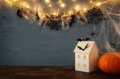 Halloween: Siete in ritardo? Ultime idee spaventose per questa notte di halloween Interior Decorating, Interior Design, Halloween 2018, Halloween Decorations, Sconces, Wall Lights, Nice, Hobby, Home Decor