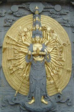 CAMBODGE  Jiuhuashan_bodhisattva_  Dès le ve siècle, le Cambodge adopte l'hindouisme puis le bouddhisme mahāyāna.  Au xiiie siècle, le roi Jayavarman VII opte pour le mahâyâna et fait construire les temples d'Angkor Thom et du Bayon.  Mais, peu à peu, le bouddhisme theravāda s'établit.