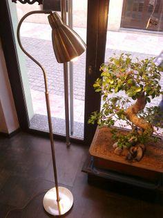 Lámpara de pie en bronce para rincón de lectura