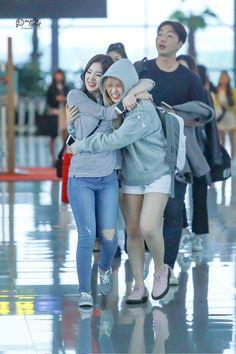 Wendy and Irene Kpop Girl Groups, Korean Girl Groups, Kpop Girls, Wendy Red Velvet, Red Velvet Irene, Park Sooyoung, Seulgi, Rapper, Kim Yerim