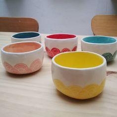"""Alto Cacharro on Instagram: """"#sopa #guiso o le que quieras . . . #ceramicaartesanal #ceramica #cerámica #engobes #engobesceramica #engobe #esgrafiado #cuencos #bowls…"""" Ceramic Bowls, Stoneware, Porcelain Pens, Elephant Mugs, Painted Pots, Pottery Painting, Morning Coffee, Dinner Plates, Clay"""