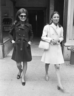 Jackie Kennedy and Lee Radziwill in stylish coats