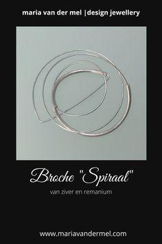 Moderne zilveren broche met remanium. Mooie strakke broche uIt mijn collectie DutchDesignSieraden. De broche is spiraalvormig en door de meerdere windingen is hij een beetje speels en springerig. Absoluut vormvast. -------#moderne #zilverenbroche #zilveren #broche #modernebroche #DutchDesignSieraden #DutchDesign #remanium #zilver #sieraden