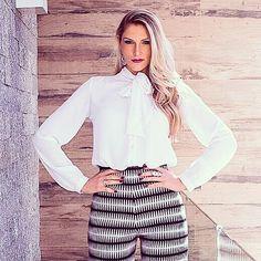 Chic e atemporal o Preto e Branco vai do escritório à balada! Neste look a gravata e a calça cintura alta e flair dão o toque fashion para abrilhantar a produção! Impossível não se apaixonar ... Em breve no blog postarei este look completinho (corpo inteiro) e muitos mais!  #lookdodia #lookfashion #beglam #pretoebranco #inspiracao #lookchic #lookmoderno #cartaodamodaa #fernandapetryfotografia #instafashion #fashionblogger #fashionlook #blog #blogger #lubyyou