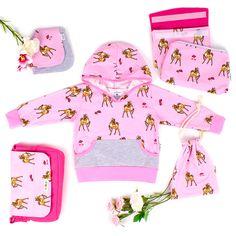 Handmade Mode für Babies und Kinder: Die süßen Rehlein auf Rosa zieren Hoodieshirt, Halstuch und Accessoires. Trag's bunt, Baby! Baby Outfits, Pink Fashion, Kind Mode, Bunt, Kids, Pink, Baby Coming Home Outfit, Young Children, Boys