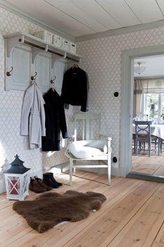 Titta in i det varsamt renoverade Scandinavian Living, Scandinavian Interior, Decorating Your Home, Interior Decorating, Interior Design, Entry Hallway, Modern Hallway, Hallway Ideas, Entryway