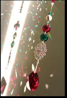 ■10月28日(日)フリーマーケット部門…アクセサリー展示販売します♪  季節をちょっと先取りになりますがクリスマスカラーのサンキャッチャー.    太陽に当たって出る虹のかけらもどことなく赤や緑メインで、 窓辺のオーナメントとしてもぴったり      ←記事ランキング.  11...