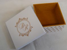 Caixa personalizada com Brasão e veludo* interno dourado.  *Disponível em 07 cores