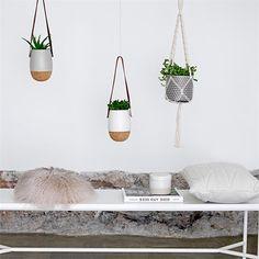 Pot de fleur suspendu scandinave en liège et blanc de la marque Bloomingville - coupdecoeur-design.fr