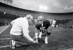 head coach Bill Walsh talks with quarterback Joe Montana during the 1984 NFC Championship Game against the Chicago Bears at Candlestick Park on Jan. 1985 in San Francisco. The Niners defeated the Bears (Michael Zagaris/Getty Images) 49ers Players, Nfl Football Players, Football 101, Pure Football, American Football, Football Helmets, Forty Niners, Sf Niners, Bill Walsh
