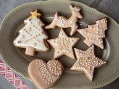 Christmas Love the piping! Christmas Biscuits, Christmas Tree Cookies, Christmas Sweets, Holiday Cookies, Christmas Baking, Gingerbread Cookies, Star Cookies, Iced Cookies, Royal Icing Cookies