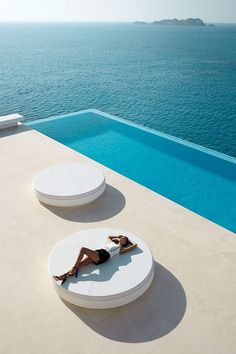 Awesome Infinity Edge Pool with Ocean Views, Vela. Vondom Ramón Esteve Estudio - #decoracion #homedecor #muebles