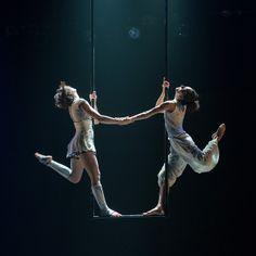 Extrait du spectacle Le Murmure du Coquelicot, de la compagnie les 7 doigts de la main.  Artistes : Suzanne Soler & Danica Gagnon-Plamondon