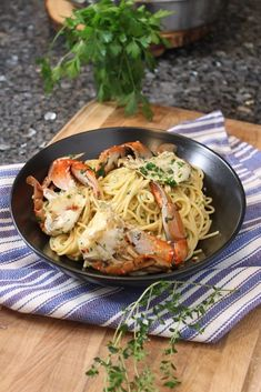 Today I am sharing with you my Limoncello Crab Scampi recipe! A friend of mine recently went crabbing and brought over a few fresh crabs for me. Fish Recipes, Seafood Recipes, Pasta Recipes, Healthy Recipes, Healthy Food, Recipies, Cooking With Olive Oil, Recipe Steps, Rezepte