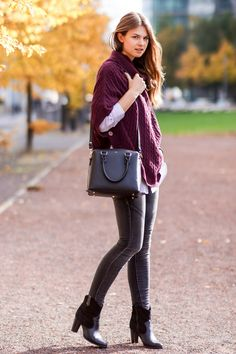 Autumn Look  #modeblog #fashionblog #whaelse #streetstyle #insp #fashion #style #outfit #howtowear #whattowear #autumn #look #poncho #cape #MichaelKors #Selma #BlackBoots #Booties
