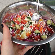 Der Salat für das Mittagessen ist schon mal fertig. Es gibt einen Bauernsalat mit Schafskäse Paprika Gurke Tomate und Zwiebeln. #Salat #salad #rawfood #roh #vegetables #vegetarian #vegetarisch #vegetarianfood #abnehmen #abnehmtagebuch #weightloss #weightlossjourney #gemüse #cleaneats #cleanfood #cleaneating #eatclean #eathealthy #eats #vitamine #vitamins #gesund #fitfood #feta #lowcarb #healthylunch #Mittagessen by blaue_traene