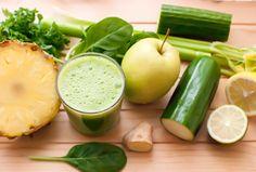 Jus detox ananas, pommes, épinards, citron vert, céleri