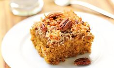 Această prăjitură cu dovleac, făină integrală, cereale și nuci este foarte hrănitoare, sățioasă și aromată. Se poate prepara mai ales în timpul posturilor, toamna și iarna, când este dovleacul disponibil.