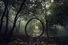 こんな茅の輪は夏を越せそうにない。美しくも不思議な木の蔓アート