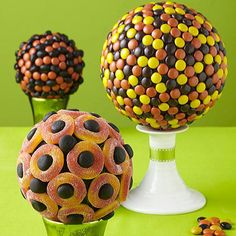 candy globes l Incredible Edible Candy Centerpieces with Styrofoam Balls Dulces Halloween, Halloween Candy, Holidays Halloween, Happy Halloween, Halloween Week, Whimsical Halloween, Halloween Games, Halloween Parties, Halloween Stuff