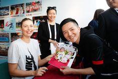 Maria Sharapova - 2018 WTA Shenzhen Open - signs autographs for fans 171230 #MariaSharapova #WTAShenzhenOpen