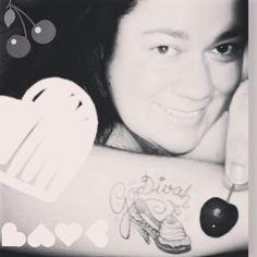 Cupcake Scarpin de Sorvete  com GorDivah e cerejinhas pra acompanhar  Não  me canso de olhar pra essa minha tattoo  Tão linda e cheia de significado e carinho e superação que quando a olho com mais calma viajo no tempo. Um dia eu conto em vídeo  como a GorDivah nasceu e me ajudou a superar um dos piores momentos de minha vida: a luta contra um câncer.  Tem dias que eu olho pra trás e me sinto como se nunca tivesse passado por isso  pois eu mudei tanto  nesse tempo todo que a cada dia preciso…