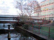 Es  la ciudad inglesa más lejana al mar, pero si uedes pasear por las orillas de su rio.