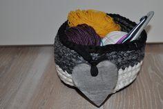 contenitore in fettuccia di cotone con cuore in legno,colore nero fantasia grigia e bianco,regalo unico,eco-friendly,coprivaso,ad uncinetto di AlwaysLoveAffairsNr2 su Etsy