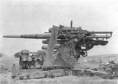 Una leggenda tedesca, il cannone da 88 mm, originariamente progettato per il tiro contraereo, poi, con la sua alta velocità iniziale, un cacciatore di carri insuperabile, preciso e distruttivo. Ecco il lungo proietto che sta per essere caricato. Unico neo dell'88 era l'altezza sul terreno, superava abbondantemente i 2 metri, perciò visibilissimo se non interrato in una buca ..