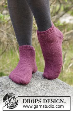 Toasty Toes pattern by DROPS design 2019 Knitted ankle socks. The socks are worked in DROPS Nord The post Toasty Toes pattern by DROPS design 2019 appeared first on Socks Diy. Free Knitting Patterns For Women, Knitting Machine Patterns, Knitting Designs, Knit Patterns, Crochet Socks, Knitted Slippers, Knitting Socks, Knit Socks, Drops Design