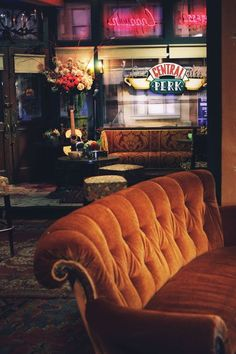 Friends - inside shot of central perk friends tv show, friends set, friends cafe Friends Tv Show, Tv: Friends, Serie Friends, Friends Moments, Friends Forever, Friends Cafe, Friend Pics, Pivot Friends, Friends Episodes