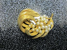 Vintage LISNER Signed RETRO Gold-tone w/ Lucite Pearls Leaf Brooch pin 2"