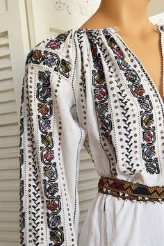 Ie Lunga Traditionala Unicat - Chic Roumaine Folk Fashion, 1960s Fashion, Fashion Tips For Women, Womens Fashion, Nicole Fashion, Ukrainian Dress, Creative Knitting, Cutwork Embroidery, Embroidered Clothes