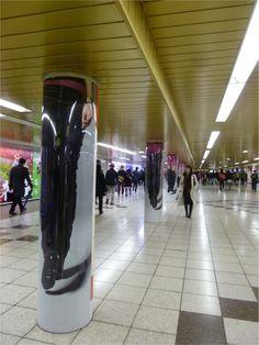 柱に描かれたズボンが前に進んでいくに連れてずれ落ちていき、最終的には下着のみの美脚が現れていく様子。