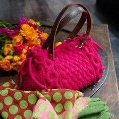 explications du sac tricoté en couleur rose indien dans le numéro de janvier-février de marie Claire Idées. Tricot avec des motifs torsade e...