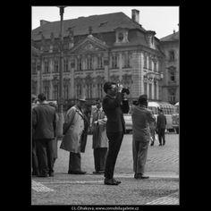 Fotografující turisté (1632-1) • Praha, květen 1962 • | černobílá fotografie, Staroměstské náměstí, lidé, turisté, dlažba, fotografování |•|black and white photograph, Prague|