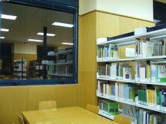 Reflejo: biblioteca del centro Universitario de Plasencia