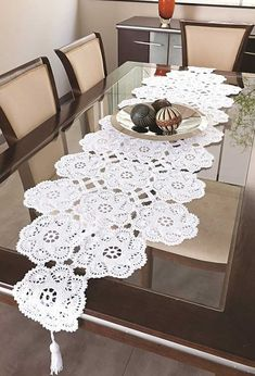 Crochet table path: current ideas to take as inspiration - Decoration, Architecture, Construction, Furniture and decoration, Home Deco Crochet Table Runner Pattern, Crochet Tablecloth, Crochet Pattern, Crochet Dollies, Crochet Flowers, Felt Cushion, Doilies Crafts, Crochet Carpet, Make A Table