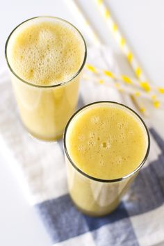 Detox smoothie 1 cups water ml) 1 cup chopped pineapple g) 1 cucumber 1 lemon 12 dates Place all the ingredients in a blender and blend until smooth. Bebidas Detox, Smoothies Detox, Juice Smoothie, Healthy Smoothies, Healthy Detox, Healthy Drinks, Vegan Detox, Detox Foods, Healthy Tips