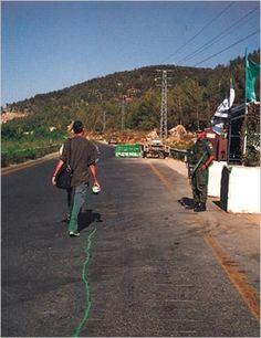 Francis Alÿs. The Green Line (Jeruzalem, 2004).