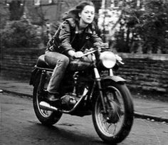 ❤️ Women Riding Motorcycles ❤️ Girls on Bikes ❤️ Biker Babes ❤️ Lady Riders ❤️ Girls who ride rock ❤️ Cg 125 Cafe Racer, Cafe Racer Girl, Lady Biker, Biker Girl, Look Vintage, Vintage Photos, Creepy Vintage, Vintage Soul, Vintage Beauty