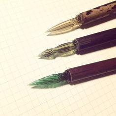 初期のものはペン先だけがガラスで、竹やセルなどを軸に使っていました。でも平成の時代に入ってペン先から握りの部分まで、すべてガラスでできたペンが作られるようになって、美しさから再度注目されるようになりました。