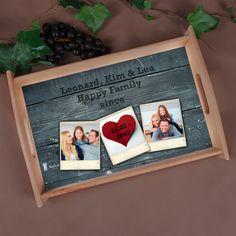 Ein Holztablett mit Ihrem Wunschtext, Datum und Ihren Lieblingsfotos.  Das Motiv besteht aus zwei Abschnitte: Hintergrund und Vordergrund. Der Hintergrund ist im Stil einer Holzstruktur und der Vordergrund besteht aus drei Polaroid Foto Rahmen.