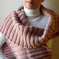 Oversize and chunky scarf hand knitted in rose quartz merino wool.