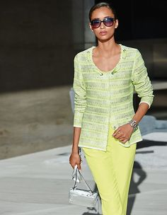 Festlicher Luxus-Look oder modernes Casual-Feeling? Der Strickblazer in französischem Couture-Stil ist ein Verwandlungsgenie.