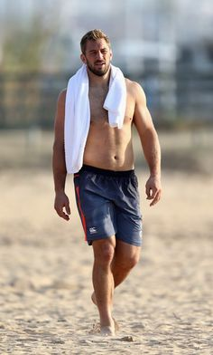 Chris Robshaw walks down the beach to the Atlantic Ocean during the England recovery session held Praia da Felesia on November 2, 2016 in Vilamoura, Portugal.