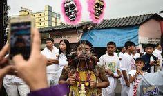 """ثقب الوجنتين من أشكال الاحتفال بـمهرجان""""امبراطور الألهة…: يعكس مهرجان """"امبراطور الألهة التسعة"""" السنوي فيتايلاند، مجموعة من الطقوس الغريبة،…"""